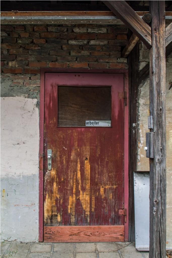 015 eine Tür im Hinterhof